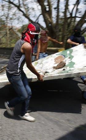 Manifestantes arman una barricada en San Cristóbal