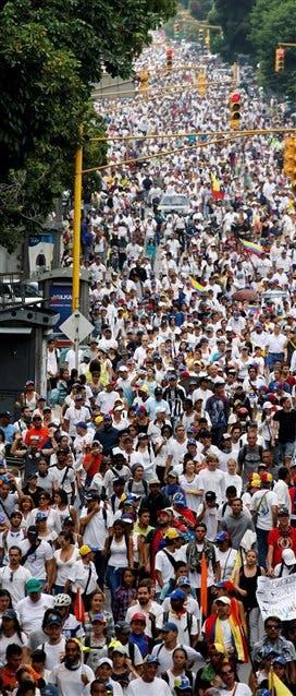 Vestidos de blanco, los opositores marcharon ayer a la sede del Episcopado
