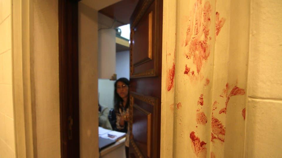 Manchas de sangre en una de las paredes de la sede de la Asamblea Nacional . Foto: Angel Marcano