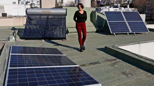 El termotanque y los paneles solares, en la terraza de Karina López Vargas