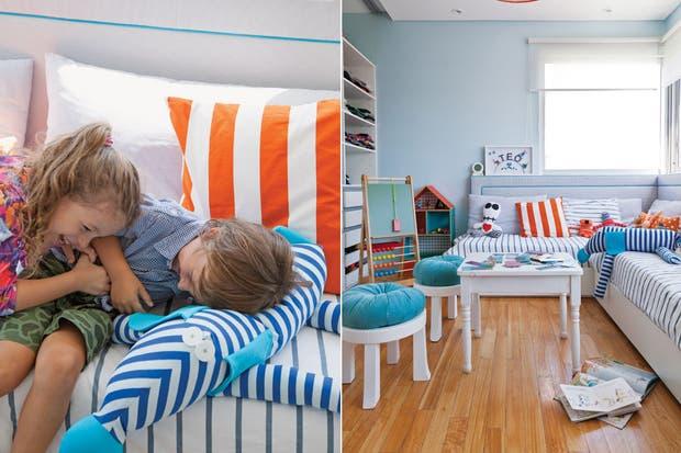 Las camas dispuestas en 'L' con respaldo acolchado son un diseño de la arquitecta Romina Srour, al igual que las banquetas con almohadones redondos ($560 c/u, Qué Bonito). Sobre la mesa (Petite Margot), rompecabezas 'Animaloquitos' ($320, Juguetes Clap).  /Magalí Saberian