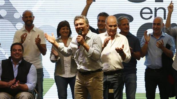 Macri, junto a Venegas y parte de su gabinete, al anunciar la iniciativa ayer, en Ferro