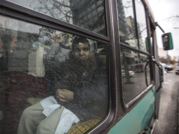 Primer día de viaje gratuito para Bautista, de 8 años, que todos los días usa la línea 307 para ir a la escuela
