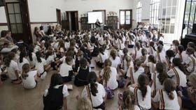 Alumnas del colegio Michael Ham, atentas a la presentación del programa finlandés