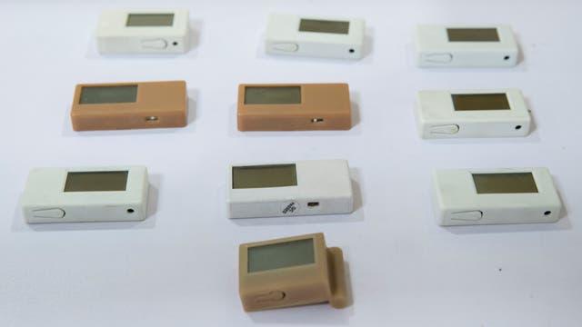 Receptores de radio con forma de goma de borrar, entre la tecnología incautada a los estudiantes