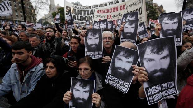Diferentes organizaciones y referentes de partidos políticos reclamaron ayer en Plaza de Mayo por la aparición de Santiago Maldonado