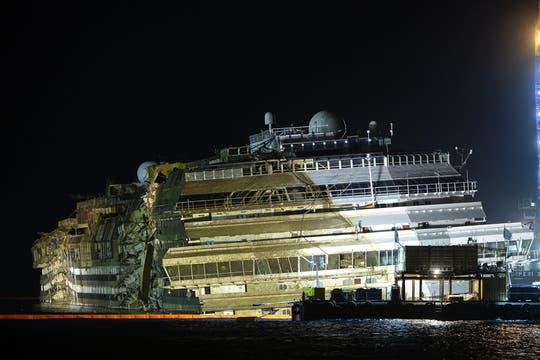 En una operación inédita, concluyó con éxito el enderezamiento del  Concordia, anunciaron las autoridades italianas.