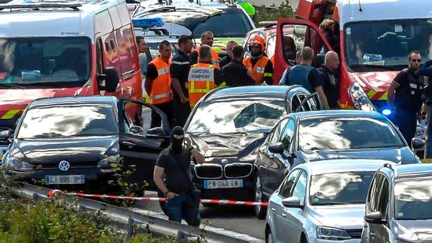 El BMW del atacante, con su parabrisas roto, luego de que la policía arrestó al agresor