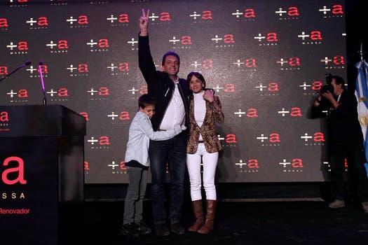 Malena Galmarini, la esposa de Sergio Massa, optó por un equipo más descontraturado, blazer animal print, jean blanco y botas marrones. Foto: LA NACION / Fabián Marelli