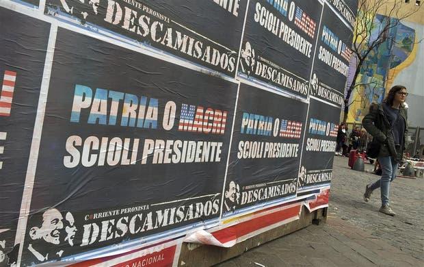 Ayer aparecieron afiches firmados por Descamisados