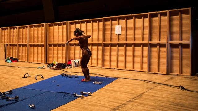 Toshie Yuzawa calienta en el backstage durante los campeonatos de culturismo de Japón, en Tokio
