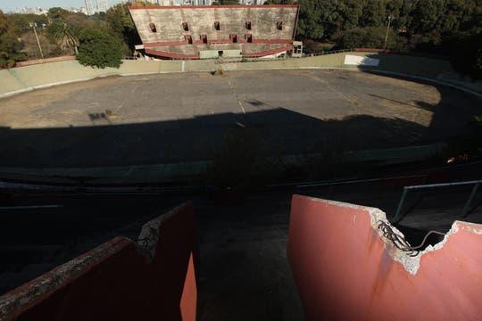 Abandono y suciedad en el Velódromo, está sin actividad desde hace 15 años, ahora se encuentra invadido por las malezas y con peligro de derrumbe. Foto: LA NACION / Emiliano Lasalvia