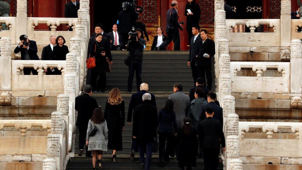 Donald Trump, y la primera dama de los EE.UU., Melania, visitan la Ciudad Prohibida con el presidente de China, Xi Jinping, y la primera dama de China, Peng Liyuan, en Beijing. Foto: Reuters / Jonathan Ernst