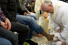 El Papa lavó y besó los pies de doce presos, tal como lo hizo Jesús con los doce apóstoles