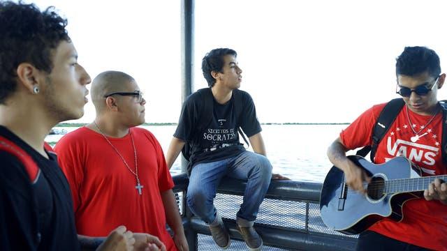 Shecka (en el centro) y sus amigos rapean en la costanera de Formosa