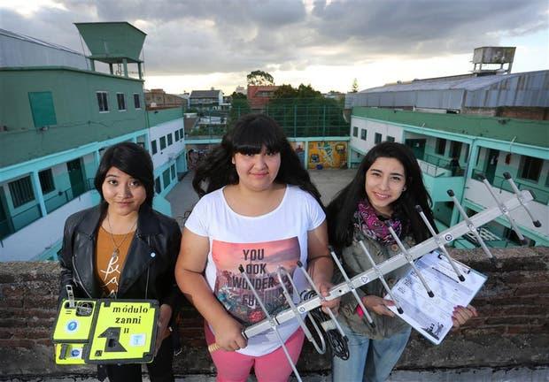 Vilma Gómez, Malena Zanni y Antonela Gómez, en la terraza de la escuela