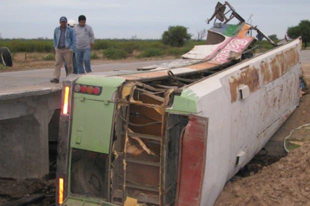 El micro chocó contra un camión en Santiago del Estero