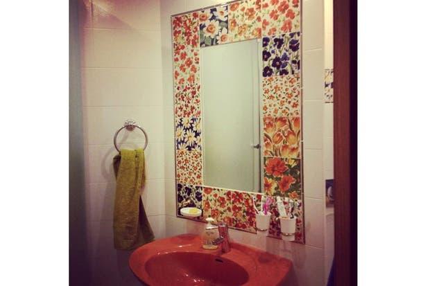 azulejos con motivos florales enmarcan este espejo empotrado el patchwork del marco se convierte en el de este bao foto livejournal