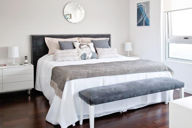 Sobre la cómoda Alma (Neoda); velador Hi Hat (Imagen Iluminación). Haciendo juego con la banqueta, la cama (Victoria Dubarry) tiene un respaldo tapizado en pana lavada (Compañía del Comercio)..