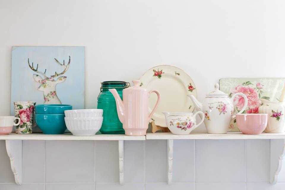 Las repisas ($290 c/u, La Florinda) adornan las paredes y sirven para guardar la vajilla y los libros con receta.  /Javier Picerno