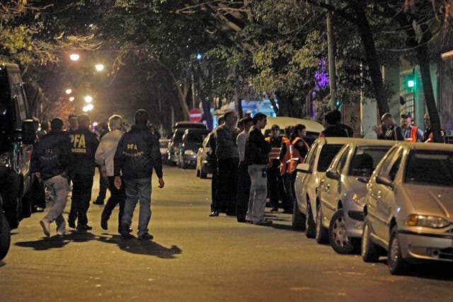 Sergio Opatowski, el padrastro de Ángeles (de campera clara), rodeado de policías, durante el allanamiento, anoche