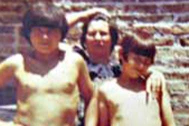 A los 11 con su hermano y su madre. Foto: Gentileza revista Gente