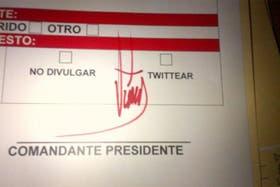 El ministro Ernesto Villegas mostró en su cuenta de Twitter la firma de Chávez en un documento