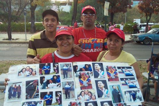 Vendedores de fotografías de Chávez, cerca del lugar del velorio. Foto: LA NACION / Juan Pablo De Santis