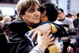 El pastor Diego Gebel abraza a uno de los fieles durante un culto en su iglesia tradicional de Villa Ballester