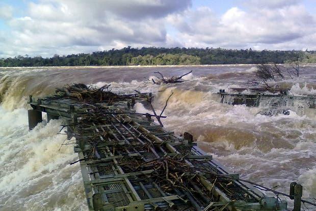 La fuerza del agua dañó la pasarela de Graganta del Diablo en las cataratas del Iguazú