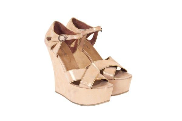 Sandalias de cuero tornasol (Paruolo, $999).