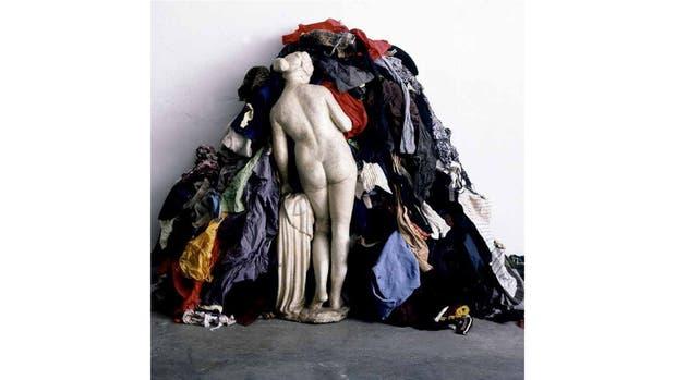 """""""La venus de los harapos"""", de Michelangelo Pistoletto. El italiano detrás de la obra creada en 1967 y uno de los artistas fundadores del llamado arte pobre creó esta instalación con objetos cotidianos, para criticar el consumismo frenético de la posmodernidad."""