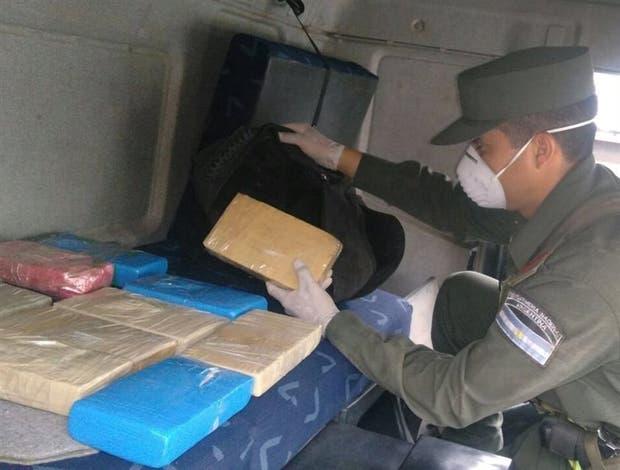 Los paquetes con droga, escondidos entre los efectos personales del chofer