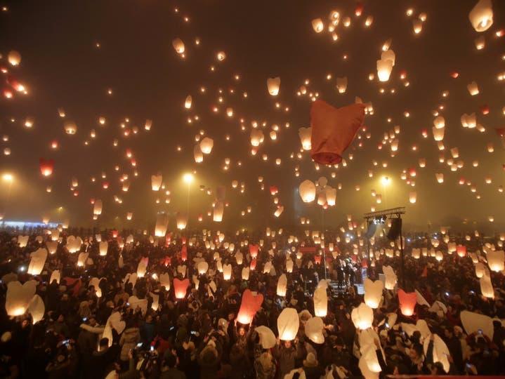 En Croacia, días antes de la Navidad, los vecinos envían globos de papel al cielo con sus deseos y esperanzas.