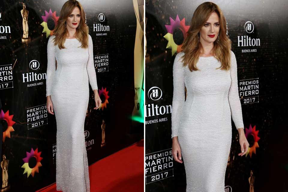 Vestido blanco con mangas cubierto de piedras y cristales de El Camarin, este fue el look que eligió Paula Chavez para la entrega de premios.