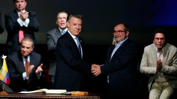 """Santos y """"Timochenko"""" se saludan tras la firma del acuerdo en Bogotá"""