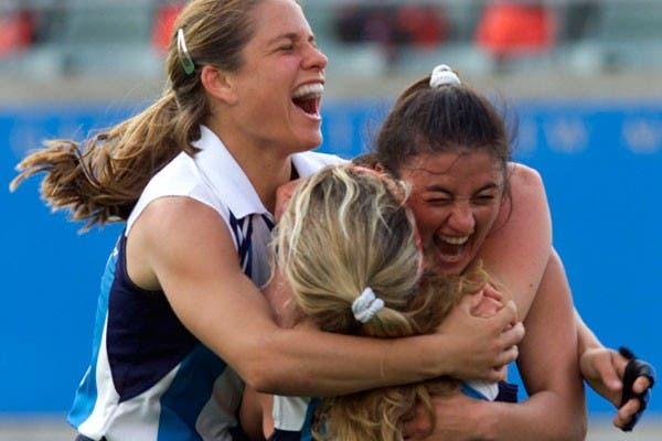 Oneto y Rimoldi se abrazan, tras un gol a Nueva Zelanda, en Sydney 2000..  Foto:AP
