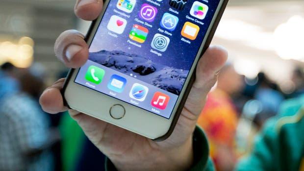 Los dispositivos de Apple, al igual que los equipos con Android, Windows Phone y BlackBerry, cuentan con funciones de localización y copia automática de fotos y videos