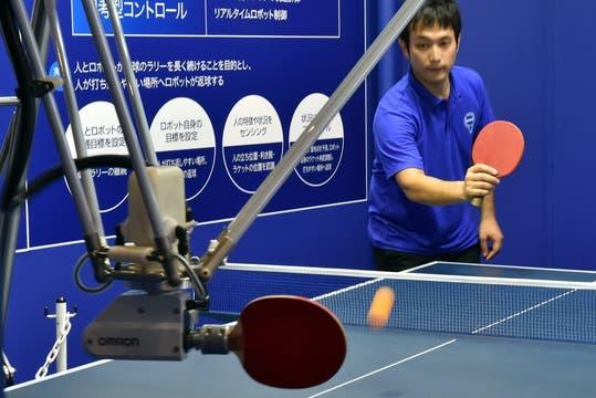 Omron hizo gala de su brazo robótico desarrollado para compartir una partida con un humano. Foto: AFP
