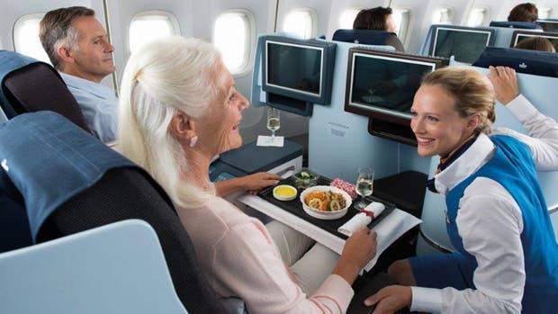 Los secretos que toda oficial de abordo quisiera decirle a los pasajeros, en un vuelo