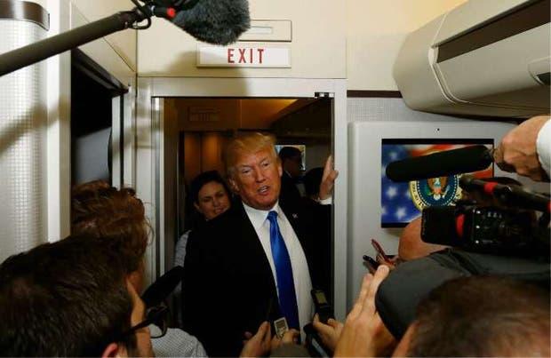 Trump, ayer, a bordo del Air Force One, luego de partir de Manila