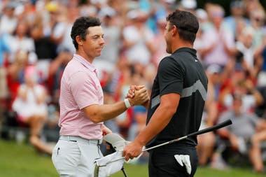 El saludo del campeón con Brooks Koepka, el último campeón del PGA Championship y rival a batir