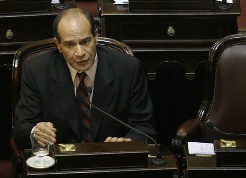 Uno de los votos decisivos: Carlos Salazar, senador del partido Fuerza Republicana de Tucumán, votó a favor. Foto: DyN