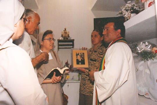 Una ceremonia por María Soledad, en el cementerio donde descansan sus restos. La hermana Marta Pelloni acompaña a la familia. Foto: Archivo