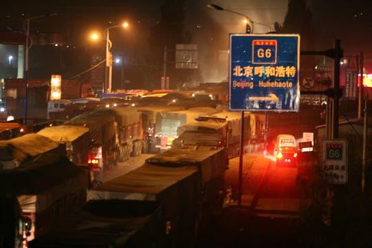 El atasco de tráfico masivo que se extiende por decenas de kilómetros desde hace al menos de 10 días el martes se debe a la construcción de carreteras en Beijing. Foto: EFE