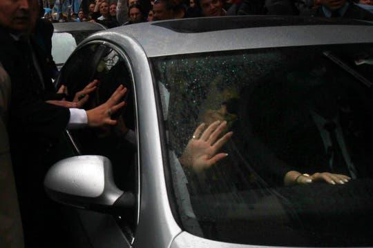 La presidenta de La Nación saluda al salir de la Casa de Gobierno. Foto: EFE