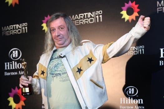 Capusotto, feliz y gracioso con su Martín Fierro nuevamente en la mano. Foto: Télam