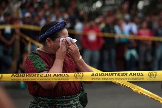 Una mujer del lugar, llora por la muerte del cantante. Foto: Reuters