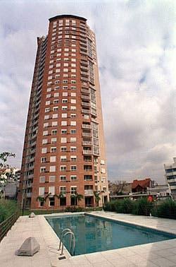 La torre ya habilitada donde se destaca el alero de hormigón como remate
