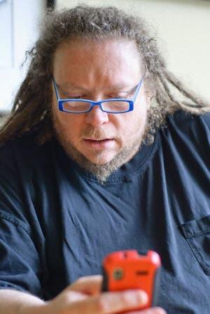 Es uno de los padres de la realidad virtual, se hartó de lo que él mismo ayudó a crear y escribió un libro. En No somos computadoras, dice que la web se convirtió en una criatura sobrehumana.